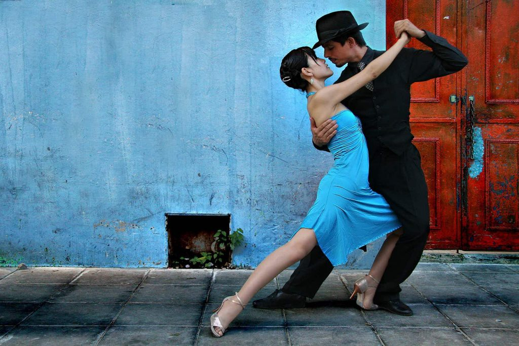 couple start dancing tango buenos aires